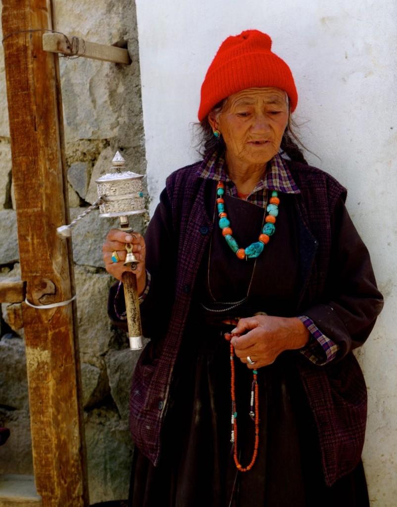 lamayuru-frau-gebetsmühle