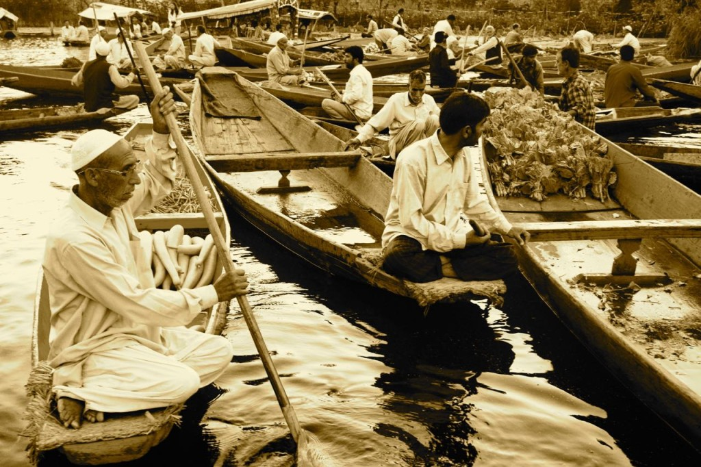 srinagar-dallake-floatingmarket-sepia