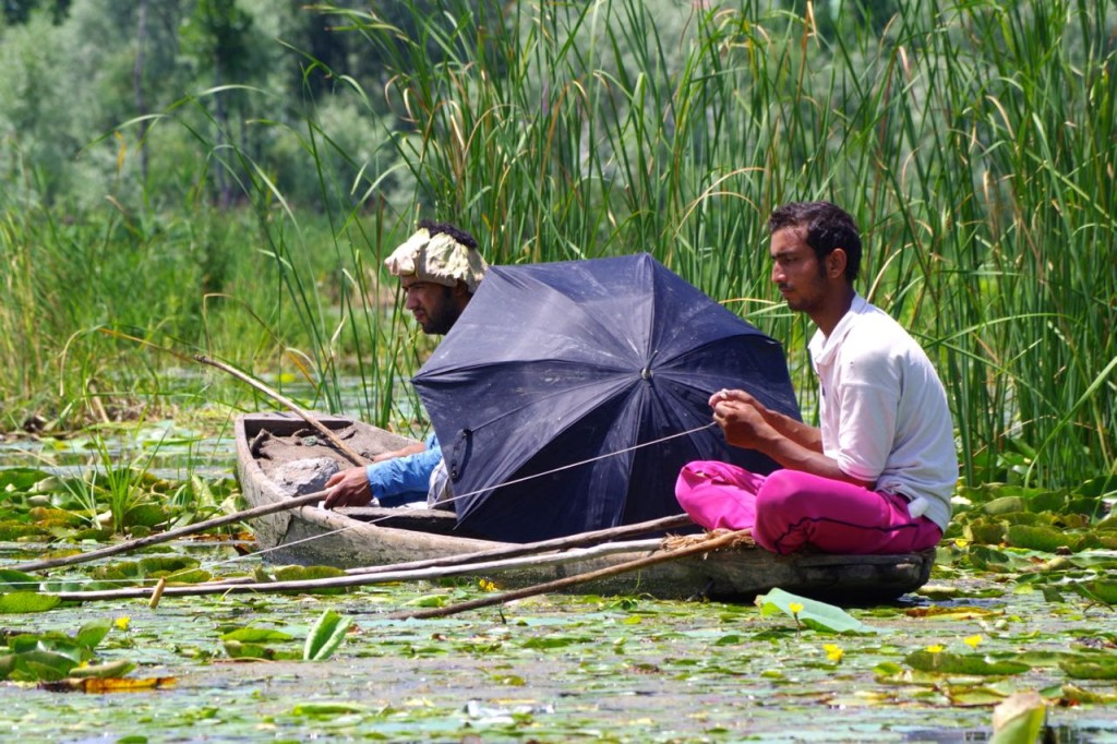 srinagar-nageenlake-fishingmen