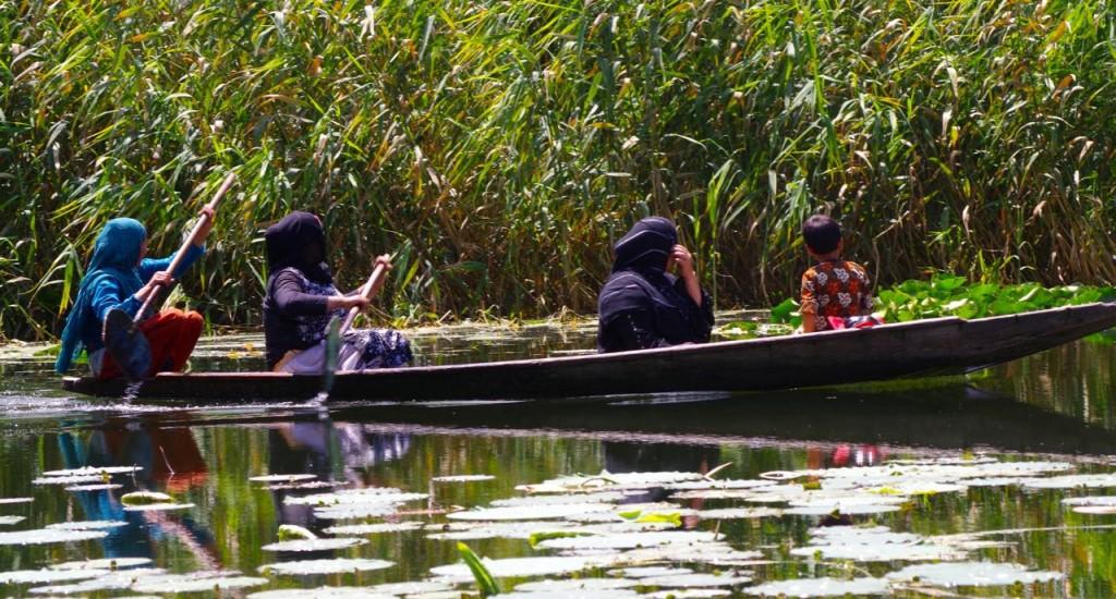 srinagar-nageenlake-muslimwomen-shikara